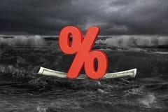 Roter Prozentsatz auf Geldboot mit entgegenkommender Welle in der Dunkelheit Stockfotografie