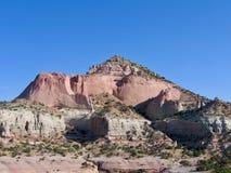 Roter Pyramiden-Felsen-Berg mit blauem Himmel an einem schönen Wüstentag in südwestlichen Vereinigten Staaten im New Mexiko lizenzfreies stockbild