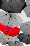 Roter Regenschirm, der heraus steht Lizenzfreies Stockbild