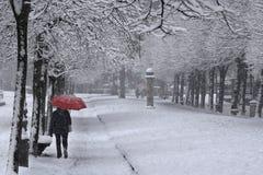 Roter Regenschirm unter dem Schnee Lizenzfreies Stockfoto