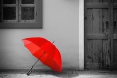 Roter Regenschirm vor Retro- Weinlese-europäischem Wohnungsbau in der einfarbigen Art, schmales Straßenbild Wiedergabe 3d vektor abbildung