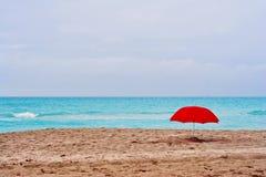 Roter Regenschirmgrauhimmel Stockfotos
