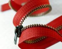 Roter Reißverschluss auf einem weißen Hintergrund Lizenzfreie Stockfotos