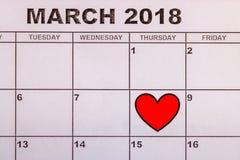 Roter reizender Kalender des Herzens am 8. März Stockfotografie