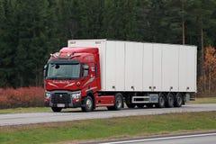 Roter Renault Trucks T halb auf Autobahn Lizenzfreies Stockfoto