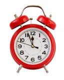 Roter Retro- Wecker bei zwölf o& x27; Uhr, Isolat Lizenzfreies Stockbild