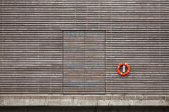 Roter Rettungsring und geschlossene Tür Stockbilder