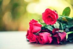 Roter rosafarbener Blumenblumenstrauß/Rosa und rote Rosen Valentinsgrußtagesliebe auf Holztischnatur stockfotos