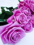 Roter Roseblumenstrauß stockbild