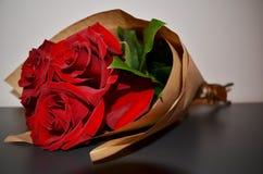 Roter Roseblumenstrauß Stockbilder