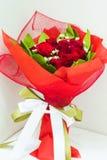 Roter Rosen-Blumenstrauß Lizenzfreie Stockfotos