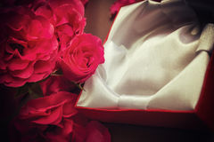 Roter Rosen-und Geschenk-Kasten Stockbild