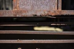 Roter Rost auf dem Garagentor Eine alte Stahltür in Asien in Thailand Lizenzfreie Stockbilder
