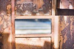 Roter Rost auf dem Garagentor Eine alte Stahltür in Asien in Thailand Lizenzfreies Stockfoto