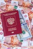 Roter russischer Pass mit Dollar und Rubeln Lizenzfreies Stockfoto