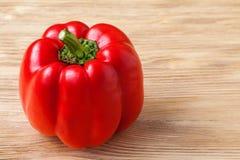Roter süßer grüner Pfeffer auf einem hölzernen Hintergrund Lizenzfreie Stockfotografie