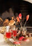 Roter Saft, gegrillte Äpfel, Walnüsse auf dem Hintergrund des Kamins lizenzfreies stockfoto