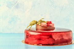 Roter Sahnezuckerglasur-Kuchen mit Früchten und Schokolade Stockfoto