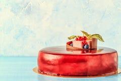 Roter Sahnezuckerglasur-Kuchen mit Früchten und Schokolade Lizenzfreies Stockbild