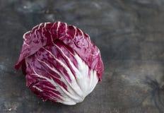 Roter Salat des Radicchio auf hölzernem Hintergrund Horisontal Lizenzfreie Stockfotos