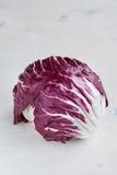 Roter Salat des Radicchio auf hölzernem Hintergrund vertikal Stockfoto