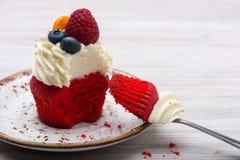 Roter Samt des Bisskleinen kuchens mit weißer Creme lizenzfreie stockfotografie