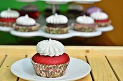 Roter Samt-kleiner Kuchen Stockfoto