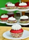 Roter Samt-kleiner Kuchen Stockbilder