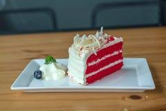 Roter Samtkuchen auf weißer Platte Lizenzfreie Stockbilder