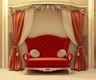 Roter Samttrennvorhang und königliches Sofa Stockbild