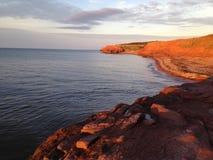 Roter Sand-Strand mit Klippen in Prinzen Edward Island lizenzfreie stockfotos