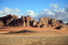 Roter Sand in Wadi Rum stockfotografie