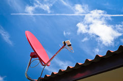 Roter Satelitte und blauer Himmel Stockbilder