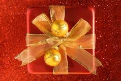 Roter Satin-Kasten mit Goldfarbband Stockfotos