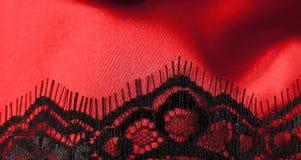 Roter Satin mit schwarzer Spitze Lizenzfreies Stockbild