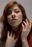 Roter Schal und Hände lizenzfreies stockfoto