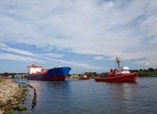 Roter Schlepper in der Werft Stockbild