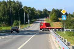 Roter Schleppseil-LKW. Verkehrsschilder lizenzfreie stockbilder