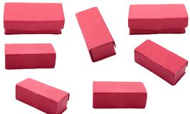 Roter Schmuckkasten auf dem weißen Hintergrund lokalisiert Stockfotografie