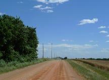 Roter Schotterweg, ländliches zentrales Nordoklahoma Stockfoto