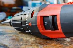 Roter Schraubenzieher auf einer Holztischnahaufnahme Lizenzfreie Stockfotos