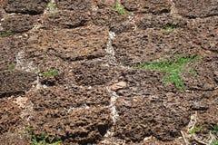 Roter schroffer Laterite-Stein blockiert Boden-Hintergrund Stockfotografie