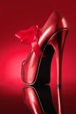 Roter Schuh auf rotem Hintergrund Lizenzfreie Stockbilder