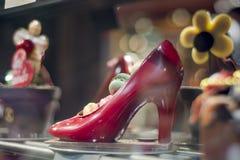 Roter Schuh der Schokolade in der französischen Bäckerei Lizenzfreies Stockbild