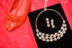 Roter Schuh und Halskette der chinesischen Hochzeitsdekoration Stockfotos