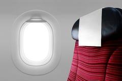 Roter Sitz neben Fensterfläche Stockfotos