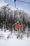 Roter Ski Lift lizenzfreie stockfotografie