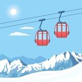 Roter Skikabinenaufzug für Gebirgsskifahrerbewegungen in der Luft auf einer Kabelbahn auf dem Hintergrund des Winterschnees bedec lizenzfreie abbildung