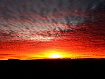 Roter Sonnenaufgang stockfotos