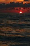 Roter Sonnenaufgang auf dem Schwarzen Meer Lizenzfreie Stockbilder